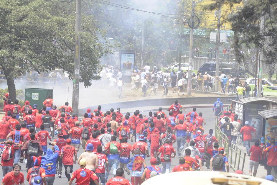 Gobierno lamenta violencia en estadios pero patrocina barras bravas