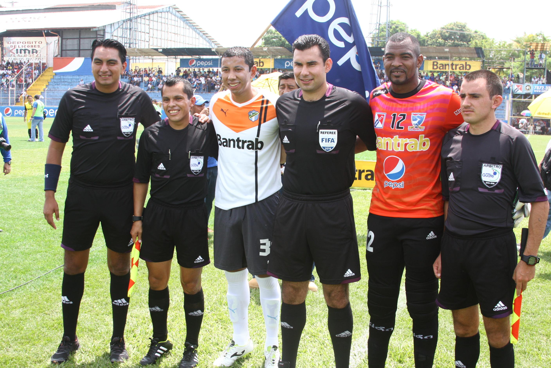 Juan Jose Paredes y Shane Orio capitanes del equipo, junto a los arbitros del partido