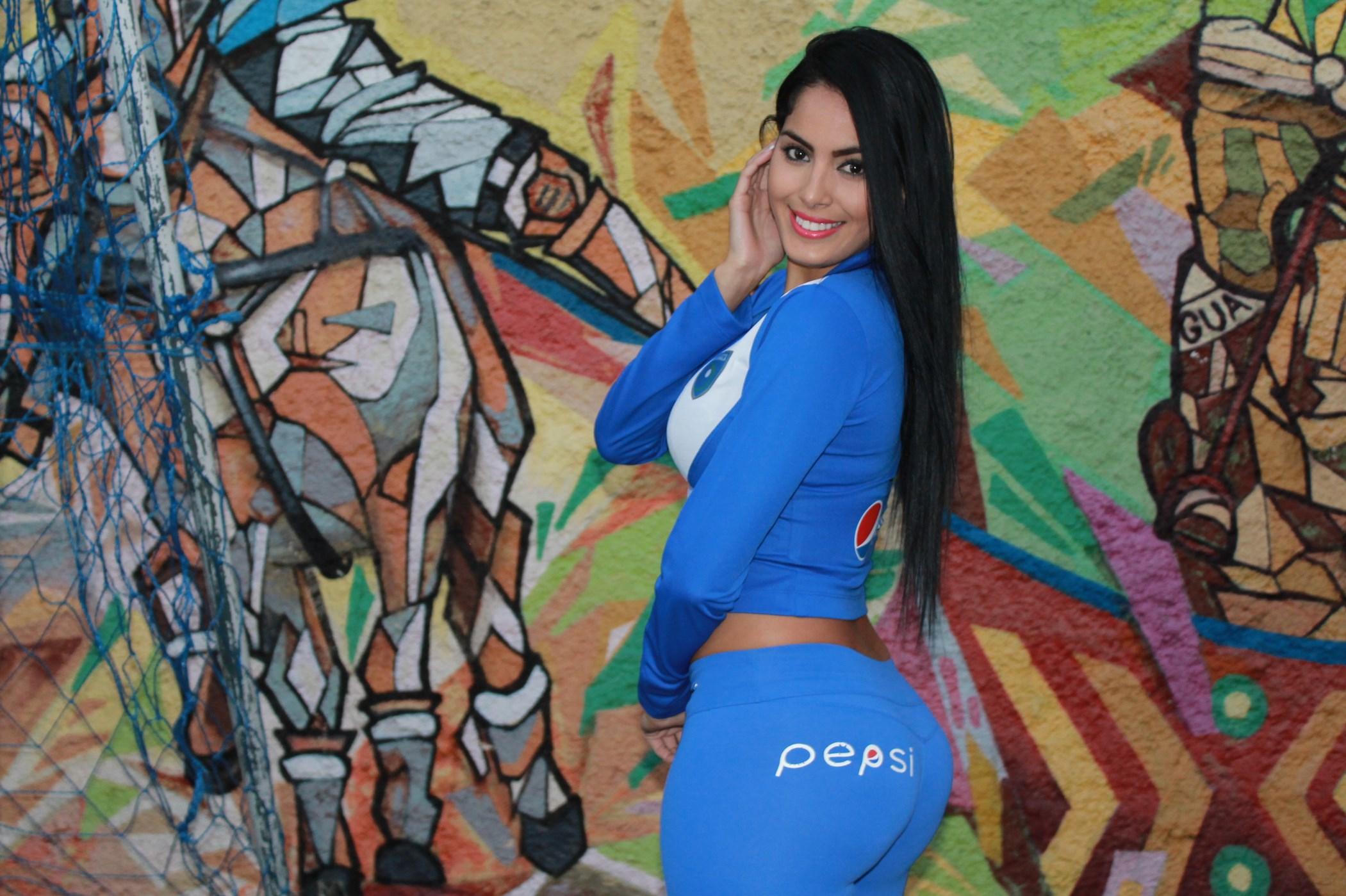 (((FOTOS))) Los números entre Guatemala y El Salvador, Astrid se viste de azul y blanco