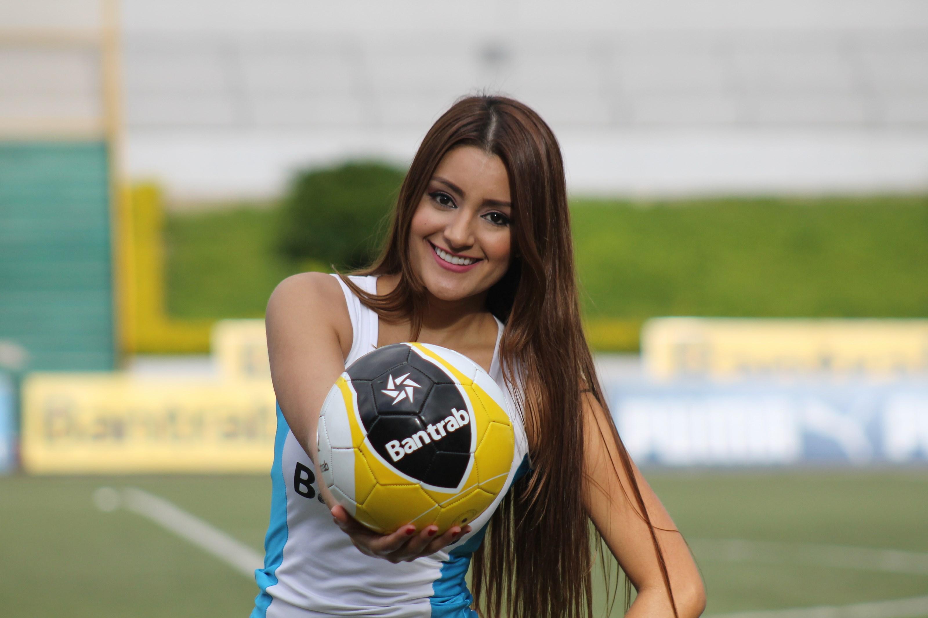 (((FOTOS))) Los árbitros para el futbol nacional junto a Daisy