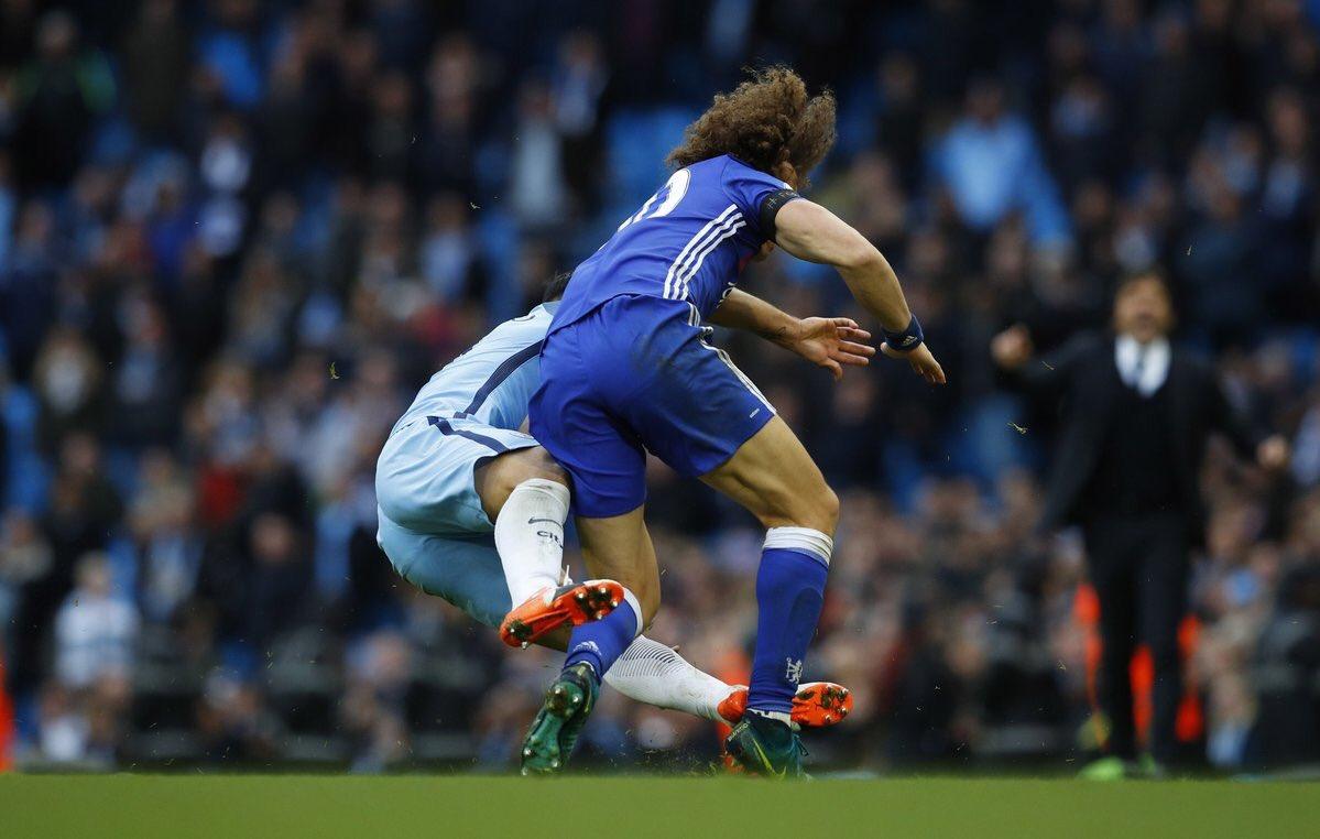 Agüero es suspendido 4 partidos por dura entrada a David Luiz