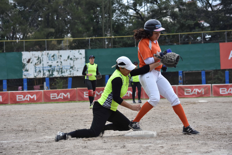 (((FOTOS))) El softbol femenino en movimiento